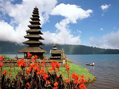 http://2.bp.blogspot.com/_CMlPmeRbUSA/R9xlGa7SrqI/AAAAAAAAFUs/tDwBiz1z_I0/s400/Bali+-+Indon%C3%A9sia+-+Templo+Ulun+Danu+-+Lago+Bratan.jpg