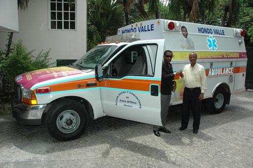 Félix D`Oleo entrega ambulancia