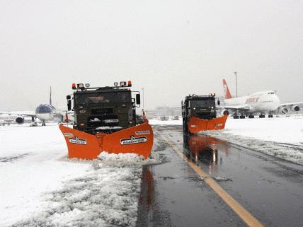 Más de 170 vuelos anulados en Madrid por la nieve