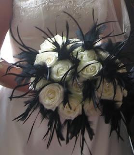 black and white wedding flowers افكار بتداخل الالوان الأبيض والاسود كروت وصالات وكوش 2014