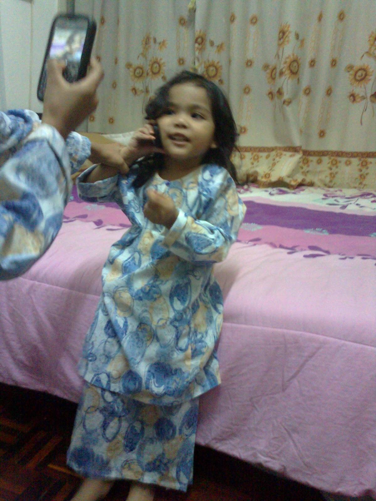 Pada hari Raya Haji lepas Mummy Kayha menelefon pengasuh Kayha Mek bertanyakan satu mainan Kayha yang tertinggal Mek beritahu menentu saya yang lion Kayha