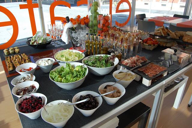 Buffet salado: ensaladas y complementos, aceites, capanes, rabas, patatas bravas, alcachofas, wok, cava...