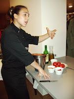 Vanessa Martín explicando como elaborar el gazpacho
