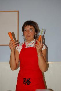Tina dando la clase de sushis veganos