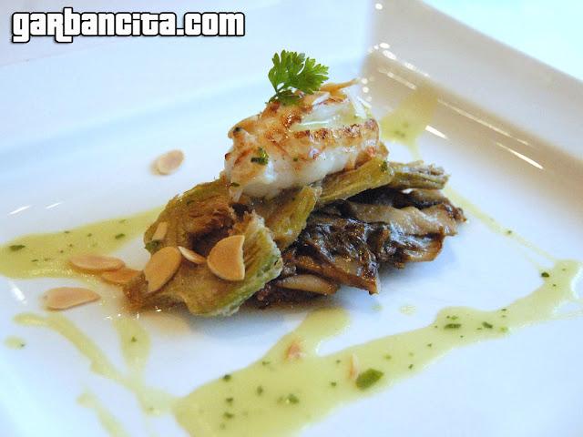 Alcachofas fritas con tocino, hongos, cigalia en su jugo y almendras tostadas