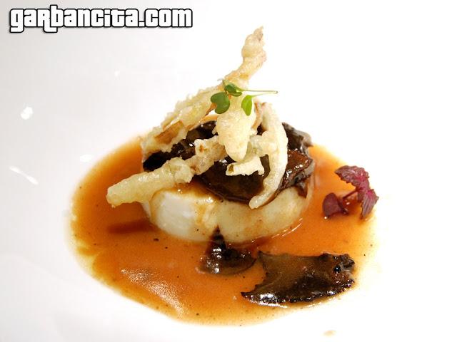 Huevo escalfado a baja temperatura con trufa negra y crujiente de puerros en tempura