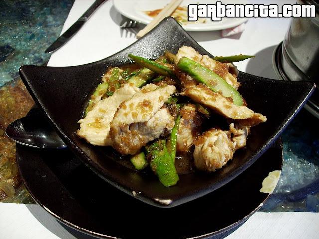 Pollo con salsa de jengibre y espárragos verdes