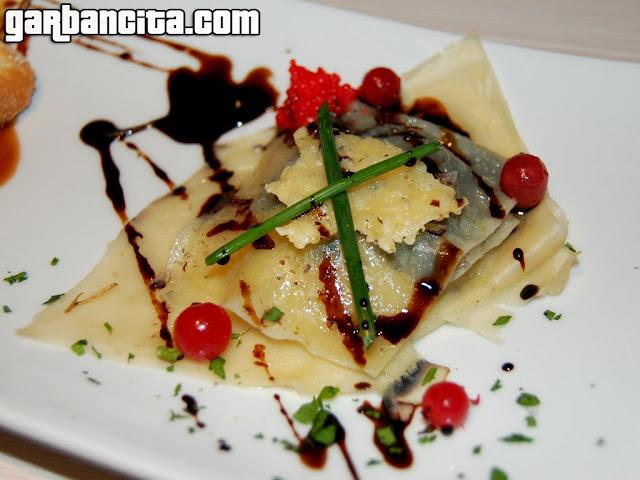 Lasaña de chipirón de pasta fresca, gratinado Idiazábal y crema de kivi con algas