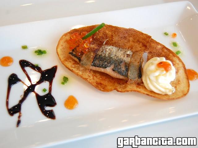Cremoso de mar y río: chip de sardina con huevas de trucha y canutillo de Idiazábal sobre mermelada de tomate