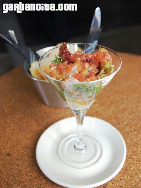 Ceviche de atún rojo, sobre crema de aguacate y jengibre