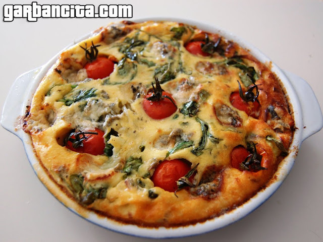 Clafoutis de tomates cherry, rúcula y gorgonzola