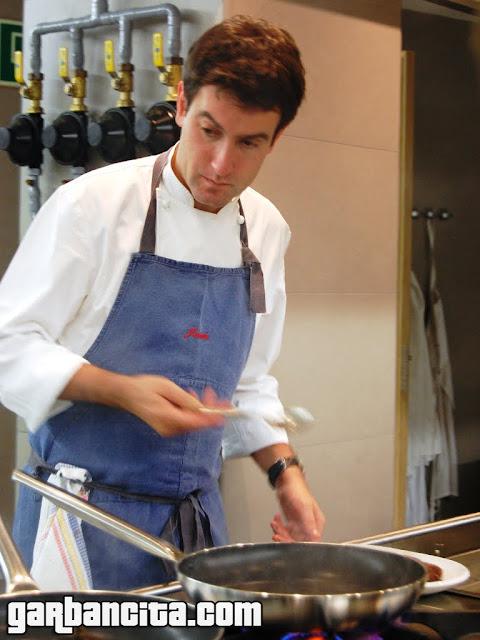 Josean Martinez Alija cocinando la entraña