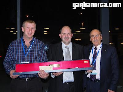 Ricardo Remiro con la makila (bastón de mando) entregada por el Premio Internacional Martiko a la calidad del producto, concedido por Martiko