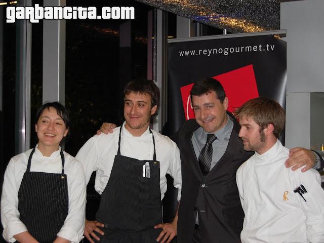 Josep Roca con el equipo de cocina del Celler Can Roca, dirigido por Raúl Cisneros