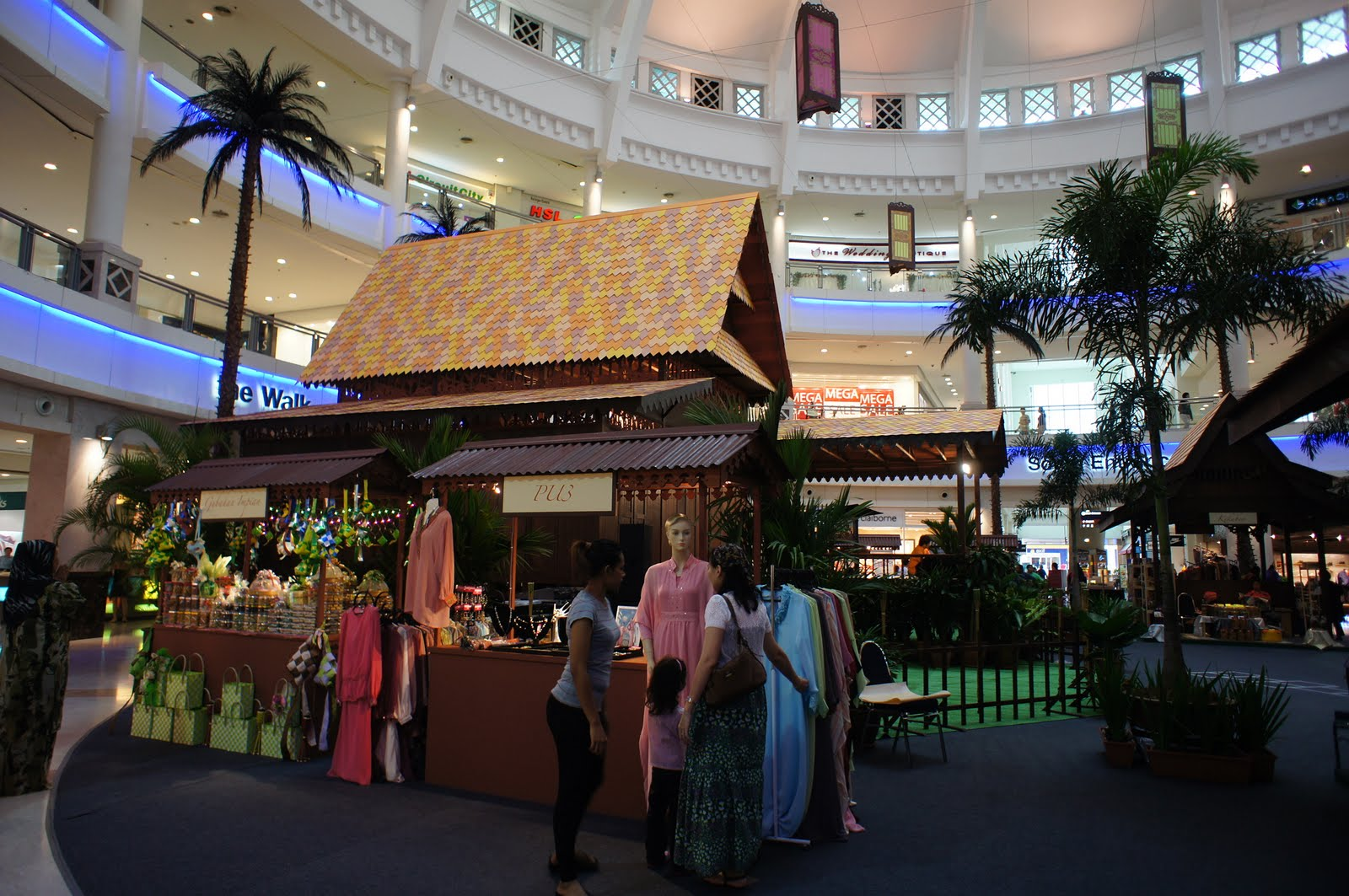 Life, in my own backyard: mall trawling : the curve