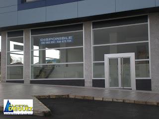 Local comercial dise o moderno exposici n for Locales comerciales modernos exterior