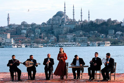 Idil Üner sings 'Şu karşıki..' at the Bosphore, Istanbul (snapshot from Fatih Akin's 'Head on' (2004) movie