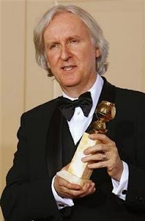 El director James Cameron posa con el Globo de Oro. REUTERS / Lucy Nicholson