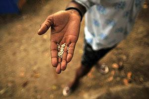 Una mujer haitiana muestra un poco de arroz. Foto: Ulises Rodríguez | EFE