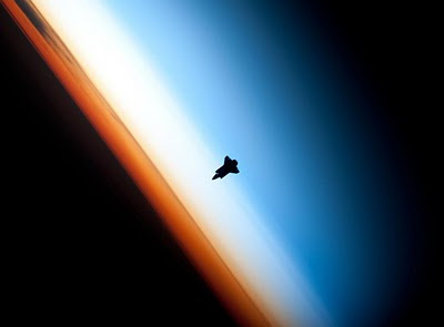 Uno de los astronautas de la ISS fotografía el 'Endeavour' antes de atracar en la base orbital