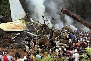 Ocho supervivientes tras estrellarse en India un avión. AP