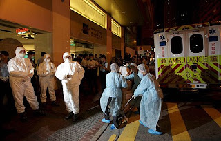 Trabajadores sanitarios llegan al hotel tras confirmase un caso. Efe