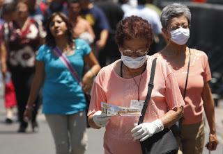 Ciudadanos con mascarillas para protegerse de la nueva gripe. EFE/José Méndez