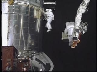 Imagen de las reparaciones tomada desde el casco de uno de los astronautas. AFP/ NASA