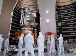 El satélite de observación lunar durante su instalación en el cohete que lo lanzará al espacio. NASA / JACK PFALLER
