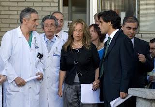 La ministra y el consejero, en el hospital Gregorio Marañón. AFP