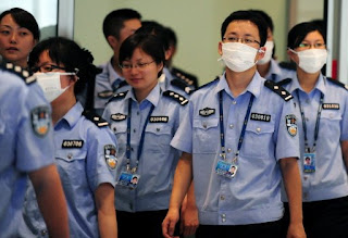 Oficiales de la policía de Pekín protegidos con mascarillas. AFP