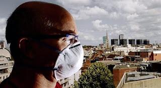 Un hombre con una mascarilla médica en Lille, al norte de Francia. AFP