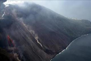 El Strómboli registra una fuerte erupción. EFE