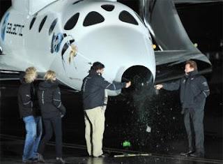 Los gobernadores Schwarzenegger y Richardson bautizan la nave acompañados de Richard Branson. EFE