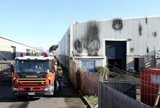 Los bomberos apagan el incendio del almacén. GETTY IMAGES