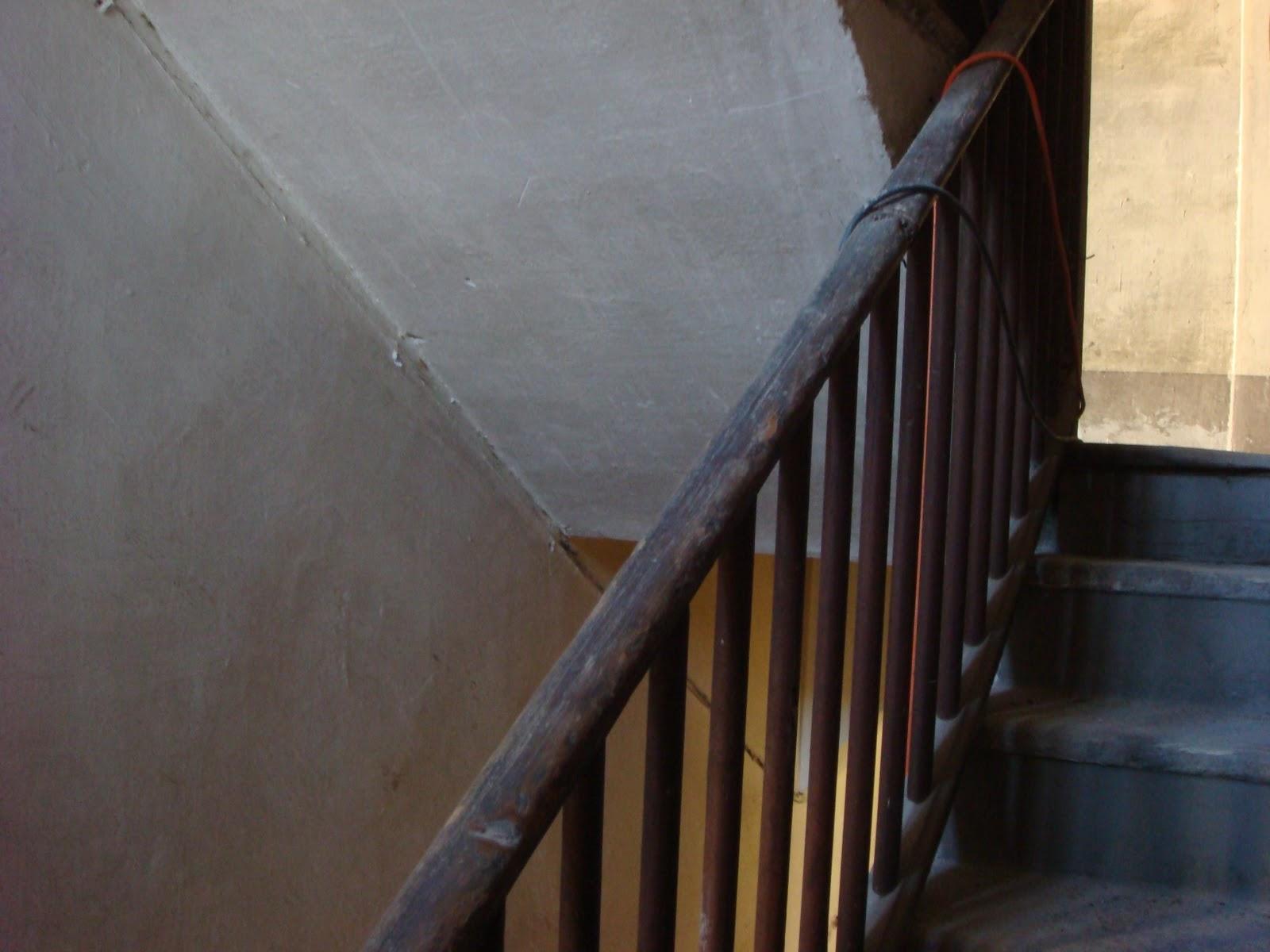 Il calicanto: la scala in granito e il corrimano in legno