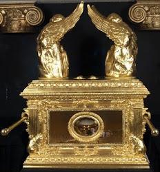 3. A Arca da Aliança (Êxodo 25:10-22)