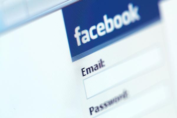 Το Facebook «κάρφωσε» έναν δίγαμο στις Ηνωμένες Πολιτείες Tromaktiko