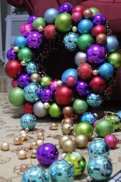 how to make a christmas bauble wreath