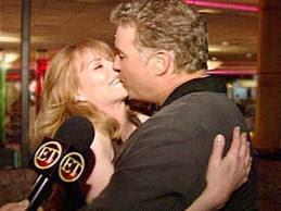 Beijo de Marg e William em frente as cameras da ET