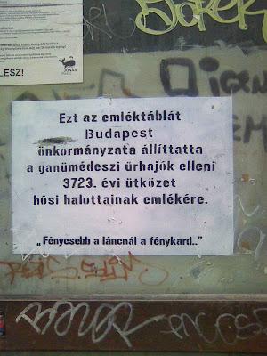 """Budapest,  Erzsébetváros, Kertész utca, blog, VII. kerület, Ganümédesz, street-art, public art, köztér,  vicces, ufó, """"Ezt az emléktáblát Budapest önkormányzata állíttatta a ganümédeszi űrhajók elleni 3723. évi ütközet hősi halottainak emlékére. Fényesebb a láncnál a fénykard!"""""""