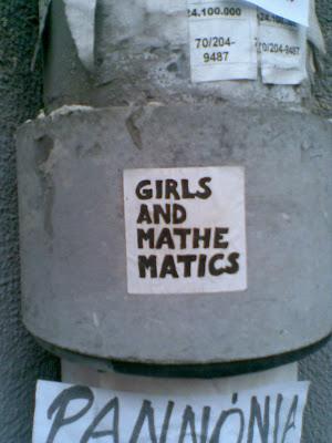 Trendi pólók senkinek kalas 2005. szeptember 16., péntek 10:36 | Frissítve: 2005. szeptember 16. Új divatmárkát lepleztünk le: a Girls and Mathematics pólók bemutatóján jártunk, ahol tulajdonképpen nem történt semmi, és még csak pólót sem kaptunk. Viszont kiderítettük: a márka lényege a vágyakozás. Szomjas Panda nevű titokzatos informátorunk azt mondta, nekünk valók a matekos fiúk, nézzük csak meg őket. Mert a fiúk trendik, és pólókat csinálnak amire rá van írva, hogy Girls and Mathematics, ami vicces. De a beígért időpontban a fiúk nem voltak sehol. Nemcsak ők, senki nem volt sehol szerda este hétkor a Tűzraktárban - ami egyébként egyre jobban hasonlít egy berlini foglalt házhoz, és egyáltalán nem csodálkoznék, ha novemberre mindenhol vaskályhák duruzsolnának, és a bágyadt melegben aktívan folyna a szülői felügyelet nélküli önmegvalósítás. Minden emeletet elfoglalt már valami érdekes csoport, a másodikon például olyan emberek tömegével találkoztam, akik azt gyakorolták, hogyan lehet minél hosszabb ideig fennmaradni egy egykerekű biciklin.  Hype and maths   Lehet-e a vágy tárgya egy póló?- tette fel aztán a kérdést úgy nyolc körül a Girls and Mathematics csoport hat darab nagyméretű, falra akasztott fénykép kíséretében. A fotók Londonban, Párizsban és Budapesten készültek, mindegyiken fehér pólóban pózoltak a kvázi modellek és pinkkel rájuk volt festve a Girls and Mathematics szlogen. Még a megnyitó előtt betévedt a pincébe egy igazi kortárs képzőművész, de pár perc múlva el is ment. A kiállítás megnyitó, amire megjelentünk mindössze három másodpercig tartott, a csapat egyik tagja ugyanis belemondta a mikrofonba, hogy megnyitja a kiállítást, és igyunk.  A Girls and Mathematics egy hypekísérlet - kezdte a projekt és a termék bemutatását Vermes Dávid, aki Londonban tanult kommunikációt és médiát egészen addig, amíg rá nem talált a Girls and Mathematics című, lányoknak szóló iskolai matekkönyvre, ami végleg megváltoztatta az életét. Hazajött, és elkezdte rányomni a feh