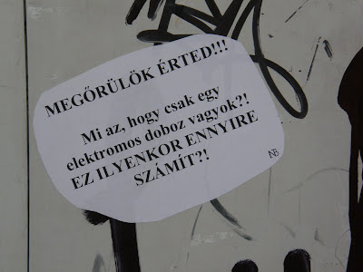 MEGŐRÜLÖK ÉRTED! Mi az, hogy csak egy elektomos szekrény vagyok? EZ ILYENKOR ENNYIRE SZÁMÍT? Kétfarkú Kutya Párt, Budapest, Belváros, Erzsébet tér