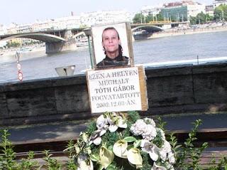 Tóth Gábor,  fogvatartott, emlékoszlop, emléktábla, Budapest, Bem rakpart, I. kerület, bringaút, bicikliút