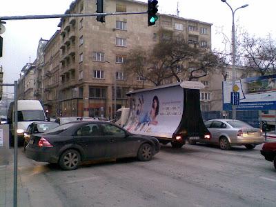 Célcsoport Média,  Hild tér, V. kerület,  Budapest, belváros, Magyarország, street art, mobil reklám, közlekedés,  pódiumautó