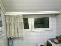 Foto de la ventana de la cocina, con la cortina descorrida.