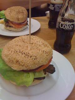 Símbolos da sociedade de consumo: hamburger e refrigerante