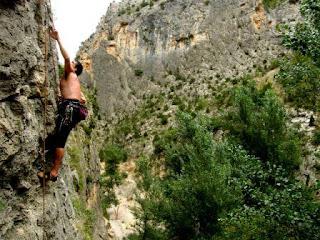 Escalando en el Parientes Lejanos - Barranco de la Maimona