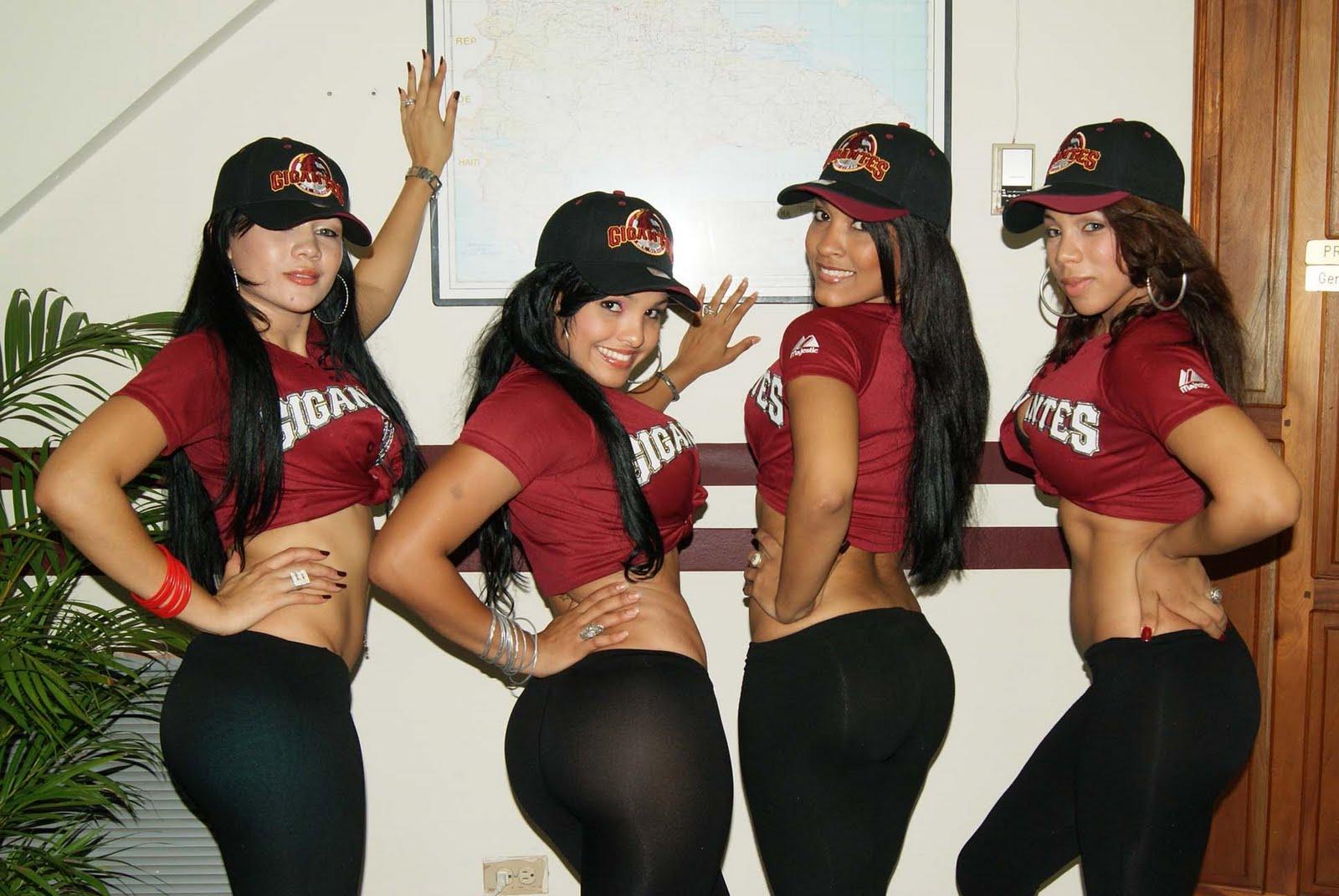 bonitas juagando y posando con uniformes de beisbol lindas chicas