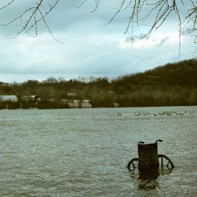 Kørestol i flod